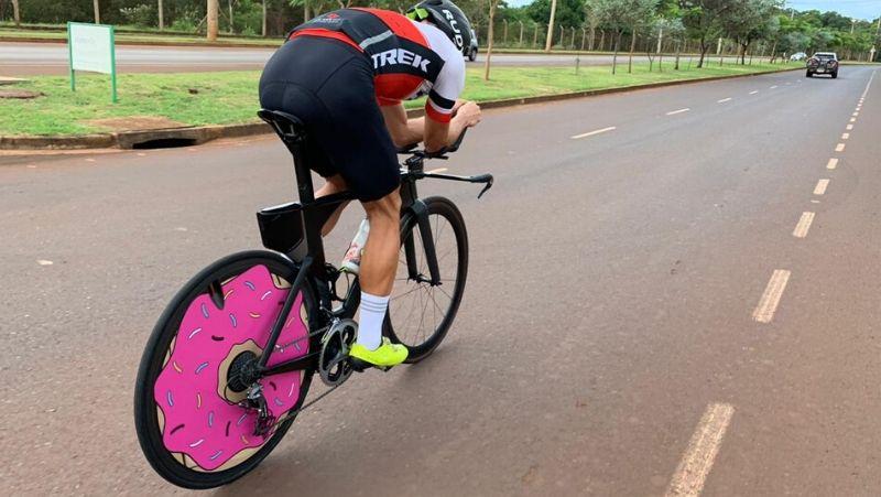 Treine diferentes fatores alterando a cadência.  Atleta rafael falsarella triatleta iron man roda session carbono aerodinâmica ciclismo
